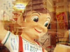 店内は楽しいグッズで賑やかです。遊び心満載の店舗です!