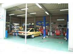 こちらの提携している認証整備工場で納車整備や車検を手厚く整備しておりますので御安心下さい。