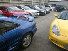 店舗横の展示スペースにも国産・輸入車問わず色んなジャンルのクルマを並べています。