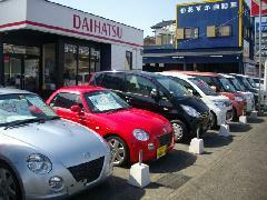 当店展示場風景。未使用車を豊富に取り揃えております。スポーツタイプもお任せ下さい。