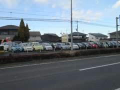 昔ながらの車屋さんです!常時20台以上の在庫があります、大きな凹みがある車両はございません!