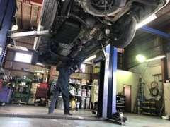 【自社サービス工場】店舗と別に自社工場を設けております。車検・点検・整備等ご購入後のアフターサービスも安心です。