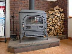 冬は暖炉の火で暖まって下さい!