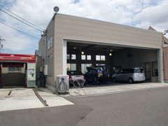 自社整備工場、洗車機、洗車場です。