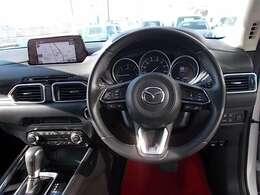 高級感のある内装デザイン。マツダの安全思想「ヘッドアップコクピット」視線移動を極力抑えたモニター位置、運転姿勢を崩さずモニター画面を操作出来るコマンダーコントロールを標準装備