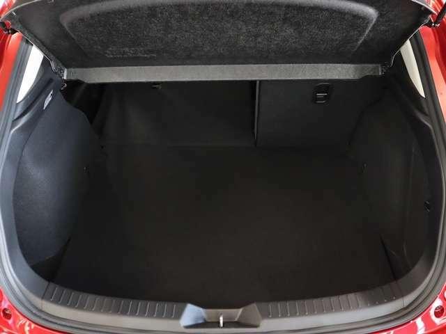 左右別々に倒せるリヤシートは、人数や荷物にあわせて自在なアレンジができます。ヘッドレストを付けたままで前に倒せるため、使い勝手にも優れています。