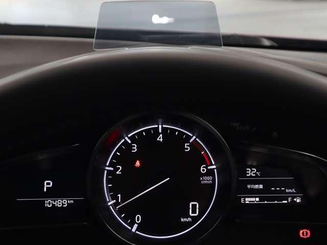 車速やシフト位置などを表示。ドライバーの視線上に車速などを表示する為、ドライバーの視線移動や焦点の調節を減らし安全に貢献します。