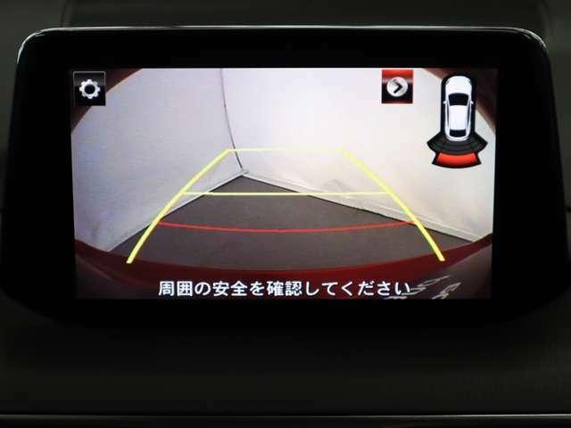 後退時に車両の後ろ側をモニター画面にカラー表示。車庫入れなどでバックをする際に後方確認ができるため、バックが苦手な方でも安心して運転できます。