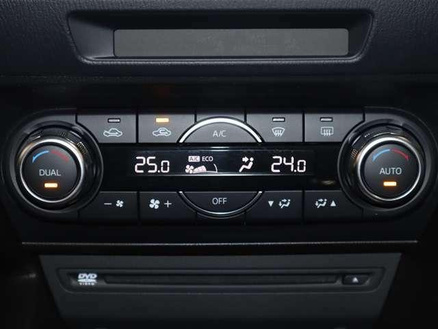 オートエアコンなので温度を設定するだけで、吹き出し口・風量を自動的に調整してくれます。さらに、左右別々の温度設定ができて室内も快適です。