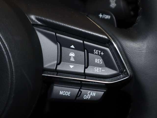 マツダレーダークルーズコントロールはミリ波レーダーで先行車との速度差や車間距離を認識。設定した車速内での車間距離を自動で調整・維持して、アクセル・ブレーキの操作なしで長距離の負担も軽減。