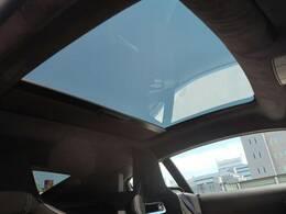 車体幅いっぱいまで広がりより多くの自然光を招き入れる大変貴パノラミックルーフ!室内に大きな開放感をもたらすと同時に、手動開閉のブラインドが差し込む光の99%まで遮断。乗員のプライバシーも確保します。