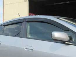 ドアバイザーが付いているので雨の日でも車内の換気ができます◇煙草を吸われる方にも便利ですね◇