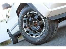 PROCOMPXTREMEの16インチアルミホイール、ジオランダーA/Tタイヤを装備。