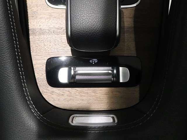 【高度な快適性とオフロード性能を両立するAIRマティックサスペンション】エアスプリングと電子ダンパーの組み合わせが、快適な乗り心地を実現。大きな段差などを通過するときはこのスイッチで車高を上げられます!