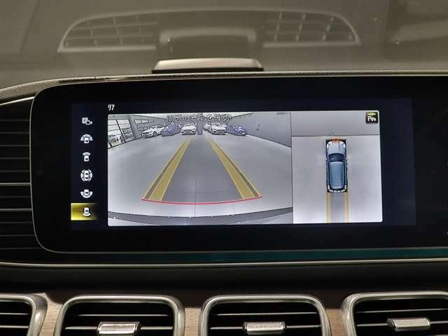 【360°カメラシステム】自車を真上から見ているような「トップビュー」などによって、車輌周辺の状況が画像で直感的に把握できます。駐車が苦手な方も楽々♪