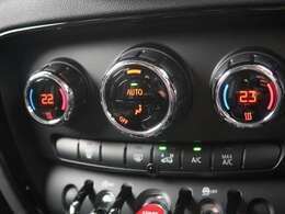 ●デュアルオートエアコン『左右独立でエアコンの温度を設定可能です!適正な温度も人それぞれですのでお好みの温度に!』