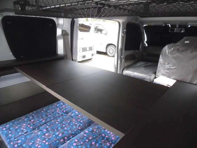左右のキャビネットをつないでテーブルが使えます。車内で使うのに便利です