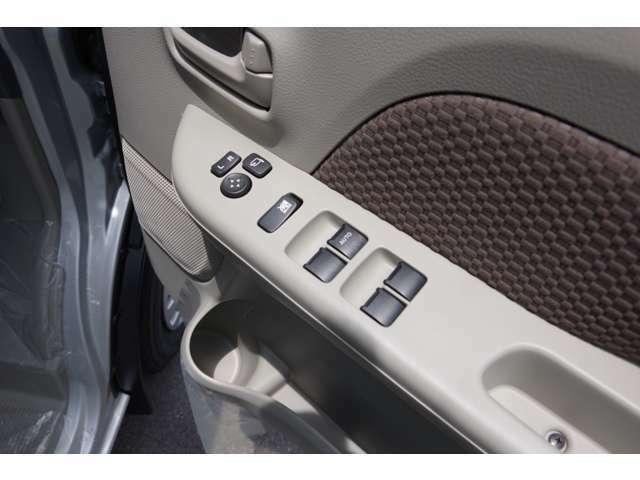 後席のパワーウインドー 格納式ドアミラーも標準装備
