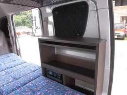 運転席側にはサブバッテリー、インバーター、走行充電ができる一体型を装備