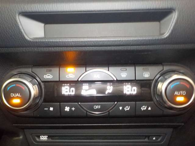 エアコンは左右独立式です。運転席と助手席で違う温度設定が可能です★