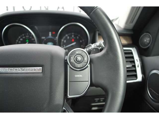 アダプティブクルーズコントロールは、前方車両との安全な車間距離を保ち、走行速度を自動的に調整します。前方の車両が減速すると自車両も減速し安全な車間距離をキープします。
