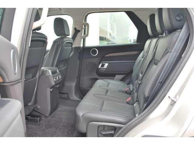 後席も使用感はほとんど感じられず大変綺麗なコンディションを保って入庫しております。ISOFIXにも対応したシートを採用し、チャイルドシートも簡単にお取り付けいただけます。