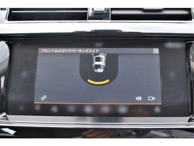 スムーズな駐車をサポート。 ギアをリバースに入れるか、タッチスクリーンを操作して起動します。駐車操作中は、画面上の表示と音声によるガイドで、障害物との距離を把握できます。