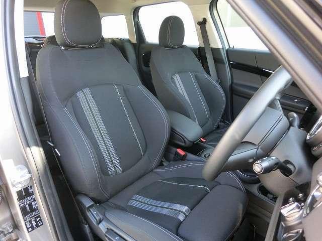 オットマン付の少し硬めのスポーツシートはコーナリングの安定感と長距離運転の疲労軽減に役立ちます。シートヒーター付きです。