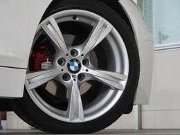 Mスポーツ専用の18インチサイズのタイヤ&ホイール。Mライトアロイホイール・スタースポークスタイリング325Mが装備されます。