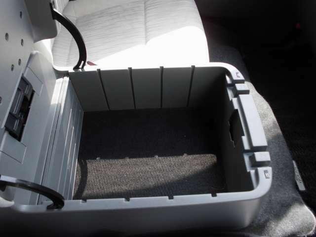 運転席と助手席のあいだにある収納ボックス。仕切り板付きで便利です。