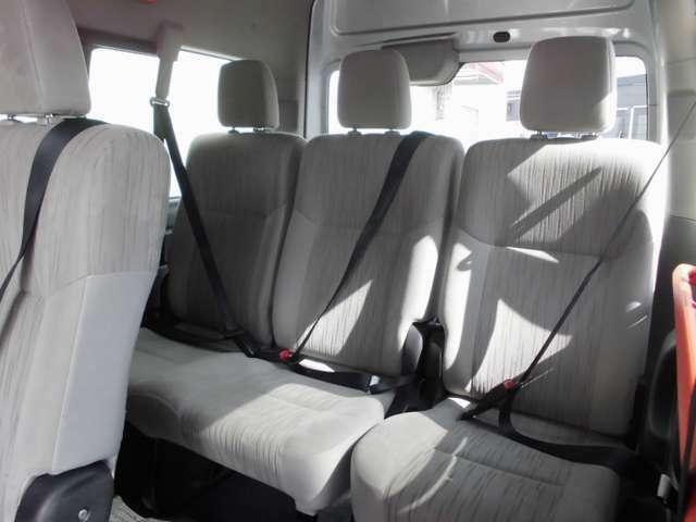 3人掛けの4列目シート。全席に3点式シートベルトを備えています。