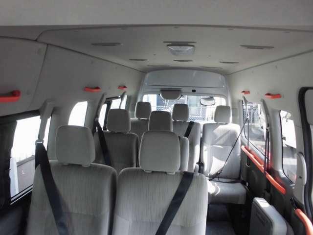 ハイルーフなので天井が高く、圧迫感の少ない車内。あまり腰をかがめなくて済むので車内の移動もラクです。