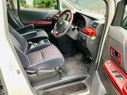 運転席・助手席シートはゆったり広々しており、快適な運転が可能です。