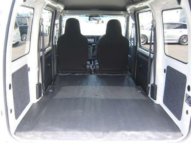 リヤシートを収納した状態 ほぼフラットな荷室になります。
