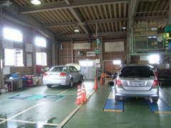 車検時はこちらの検査ラインを使用します。分解点検整備を実施しますので、よりご安心頂けます。