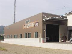 本社は近畿運輸局長指定民間車検工場です。工場内は広く、経験豊かな国家整備士が対応しております。