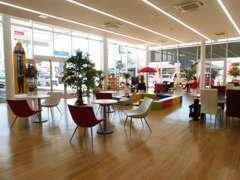 明るく広いショールームはカフェのような雰囲気です。お車をご覧のあとはゆっくりとおくつろぎください。
