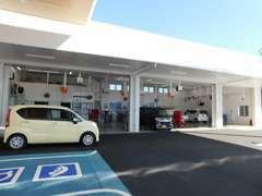 サービス工場も完備いたしておりますのでご購入後のアフターも安心です。お客様のお車の点検整備、車検も当店にお任せください!