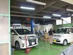 当社では自動車整備振興会に加盟、一級自動車整備士1名・二級自動車整備士2名配属、自社認証工場を完備しております。