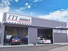 リフト3基を備えた自社工場が敷地内にあります。タイヤ&オイル交換から車検整備までお任せ下さい。