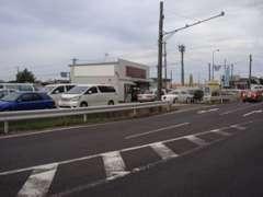 場所は亀田バイパス姥ヶ山インター下車、東北自動車道の脇を石山方面に5分ほど。亀田駅に通じる道との交差点にございます。