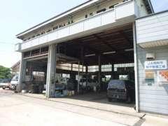 当店は認証工場、本社は指定工場を完備しています。更に塗装ブースも完備していますので、車のトラブルや整備にも迅速対応です!