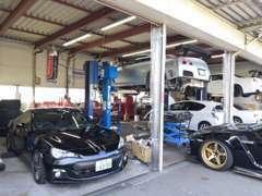本社、認証工場にて点検、整備も安心!!車検、板金修理、カスタムなど全てお任せください。
