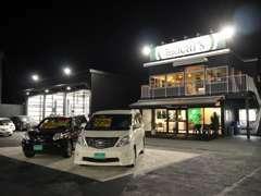 4号バイパス沿いにごいざいます!整備工場も併設しております。展示場はLED照明で、夜でも明るく、お車を確認頂けます!