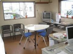 事務所:何気に座りやすい椅子をご用意しております!