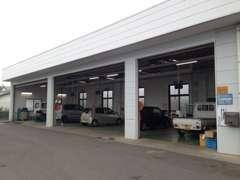 整備工場完備しております。点検整備、車検などお気軽にご来店下さい