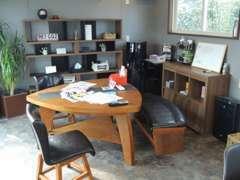 店内商談スペースになります!お客様がいつ来店しても快適に過ごして頂けるように、常に清潔にさせて頂いております!