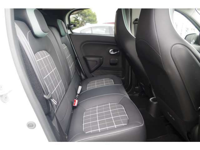 輸入車ディーラー採用のドライブレコーダーも選べます。万が一の事故際のお守りとしていかがでしょうか?その他さまざまなオプションをご用意しております。