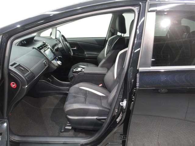助手席シートです!まるまるクリンでは助手席シートを取り外し、シート下をしっかり清掃!さらに、取り外したシートもエアー、吸塵機、特殊吸塵機を使い清掃しております!!