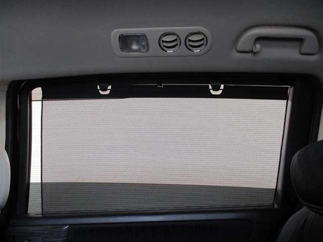 後席も結構日差しが強いと眩しいんですよね!でも、これがあれば大丈夫♪窓を開けてても「格納式リヤドアサンシェード」で日差しをカット!!
